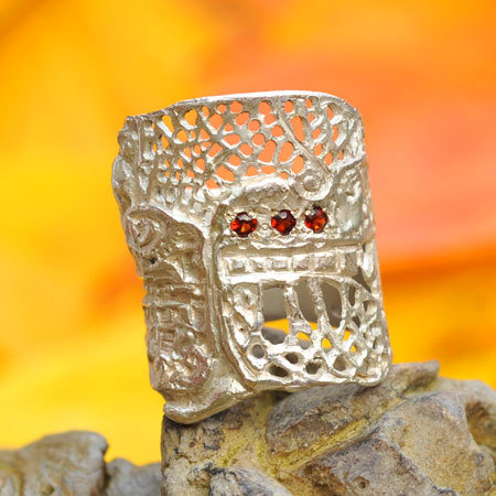 Ring in massief zilver ajouré met 3 briljantjes granaat - Ralf De Burchgrave (België) - Maat56