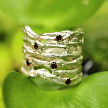 Ring in massief zilver ajouré met 5 briljantjes granaat - Ralf De Burchgrave (België) - Maat50
