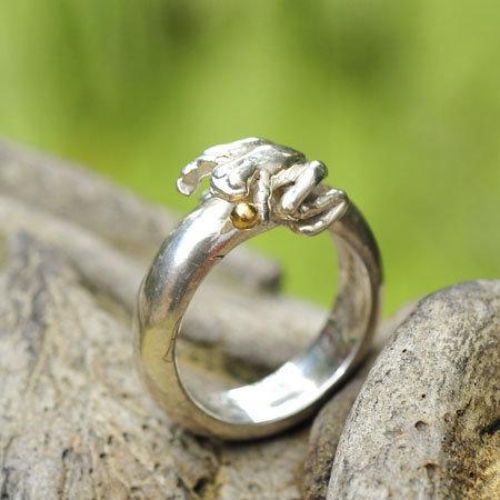 Ring in massief zilver 'kikkertje' m/gouden balletje en gravure - Ralf De Burchgrave (België)
