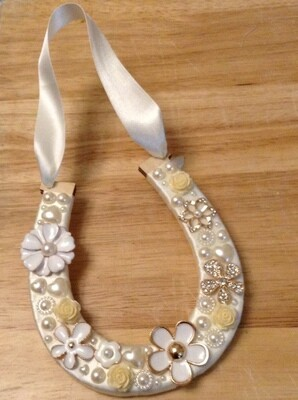 White/Gold Flower Horse Shoe