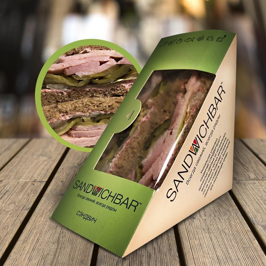 Сэндвич с бужениной и соусом из хрена со свёклой