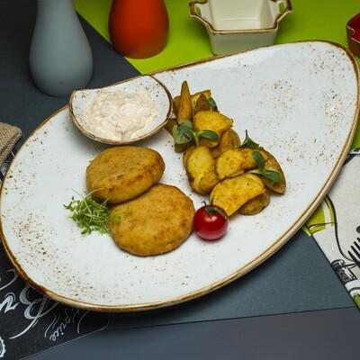 Битки куриные с запечным картофелем по деревенски и соусом
