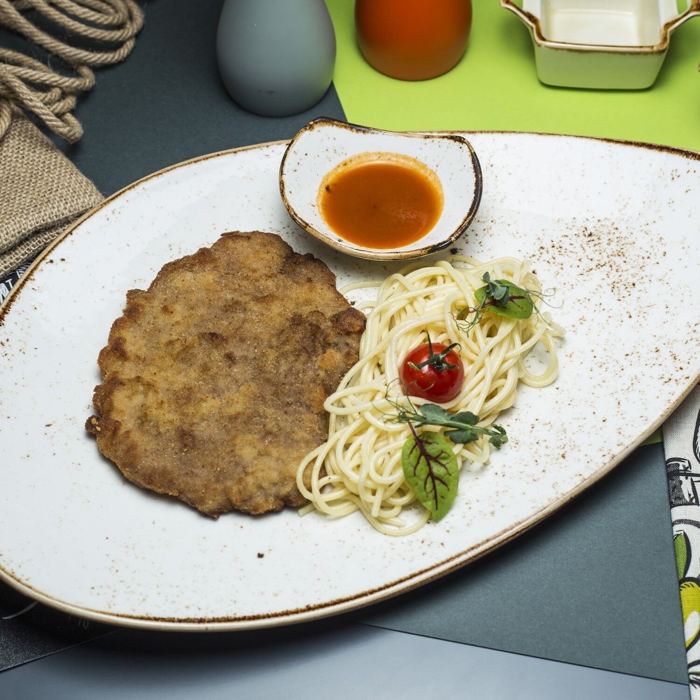 Шницель свиной  со спагетти и томатным соусом