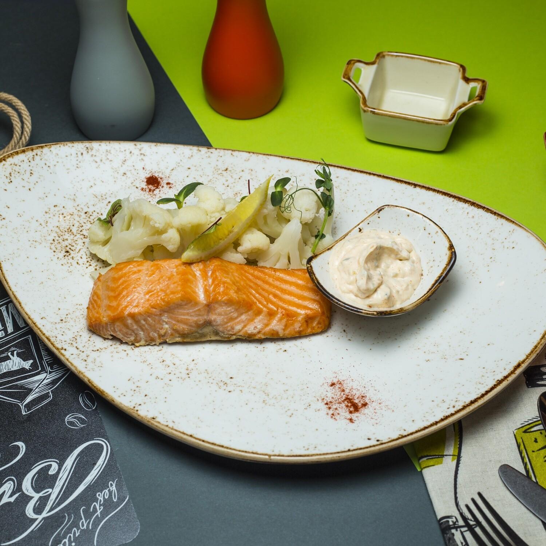 Стейк лосося с цветной капустой и соусом ТАР ТАР