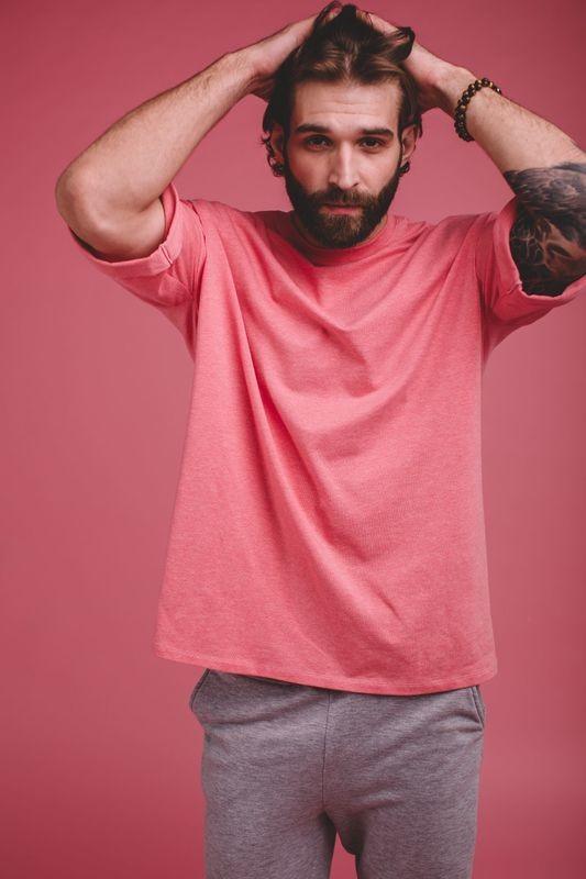 Оверсайз-футболка со спущенным плечом