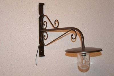 Wandlampe mit Glas, dunkelbraun lackiert, für den überdachten Außenbereich