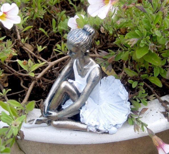 Lille flora ballet pige. Siddende H 9 cm Lys blå