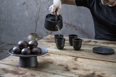 Surface Designer Teekanne • Teebecher aus Gusseisen von SERAX