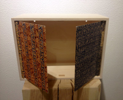 Buch-Schränkchen mit zwei Flügeltüren