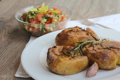 Картофель, запеченный по рецепту Дж. Оливера, с овощной сальсой