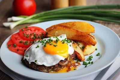 Бифштекс рубленый с яйцом, с картофелем по-деревенски