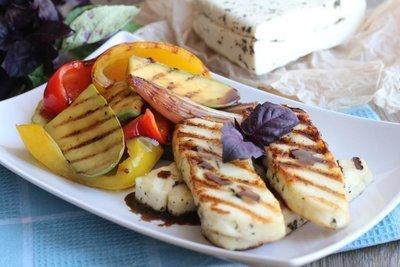 Жареный халуми с маринованными овощами гриль