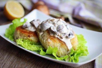 Картофельные драники с треской и грибным соусом