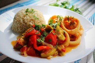 Соте из кальмаров с овощами и рисом на гарнир
