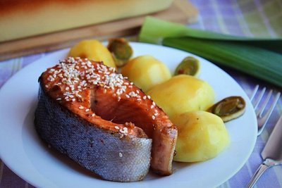 Стейки из форели в медово-соевом маринаде с отварным картофелем