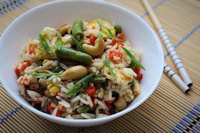 Китайский рис с морепродуктами, овощами и кешью