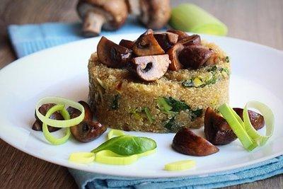 Теплый салат из киноа с грибами и шпинатом