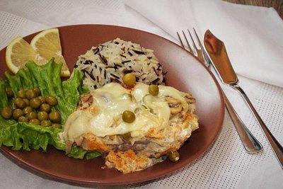 Филе трески с грибами, зеленым горошком и рисом