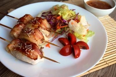 Шашлычки из куриного филе в беконе с рисом и салатом