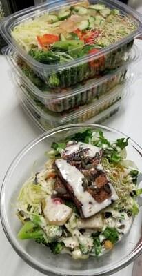 Salade repas: variété de légumes, pois chiche grillés, graine de citrouille...