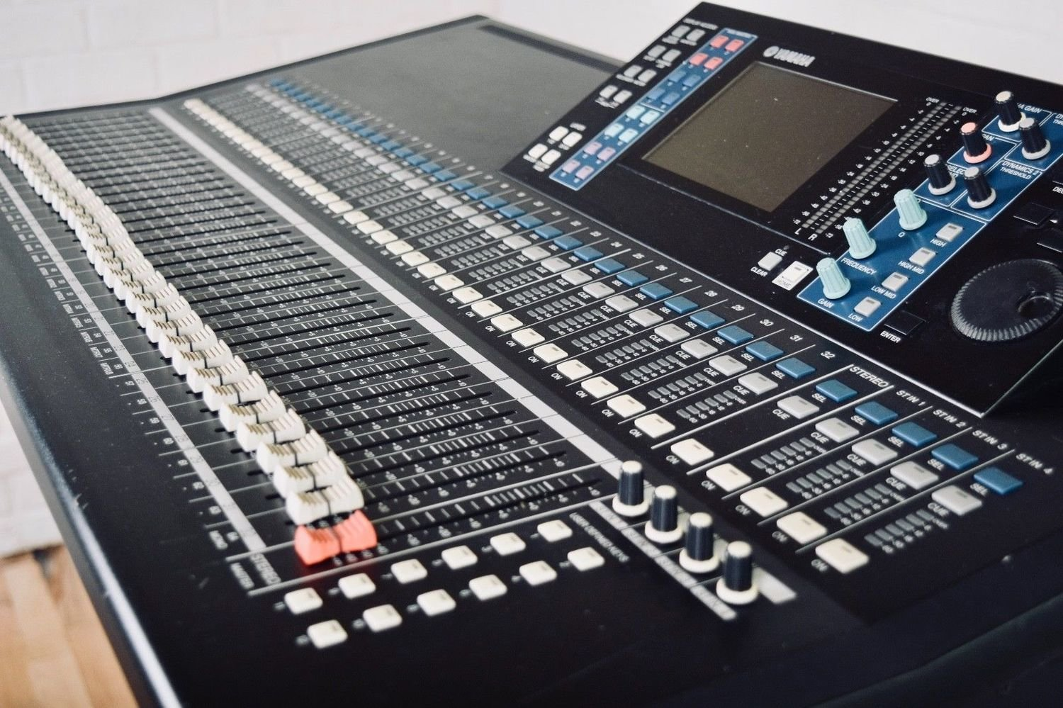 Yamaha LS9-32 digital mixing console in excellent condition-audio mixer