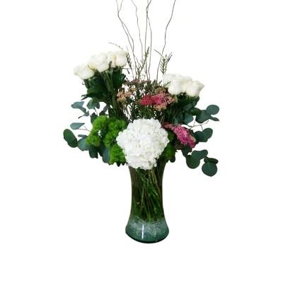 Arreglo de rosas y hortensias