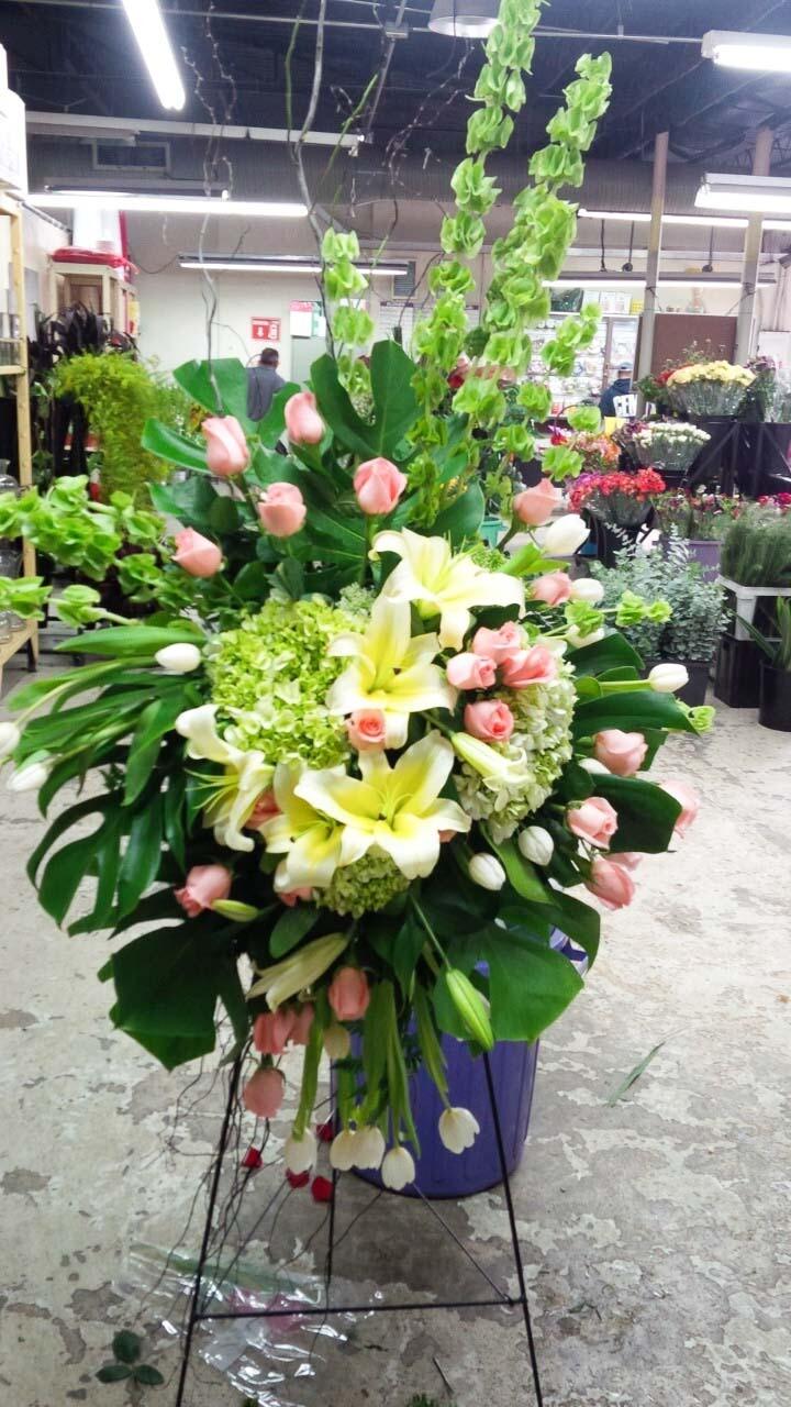 Tripié con tulipanes