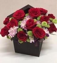 Caja de rosas y margaritas