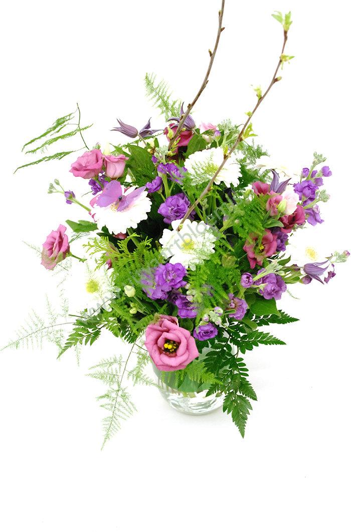 Boeket (bestelnr. MF139) (25cm ø) Uitgevoerd in bloemen die in het seizoen verkrijgbaar zijn (exclusief vaas)