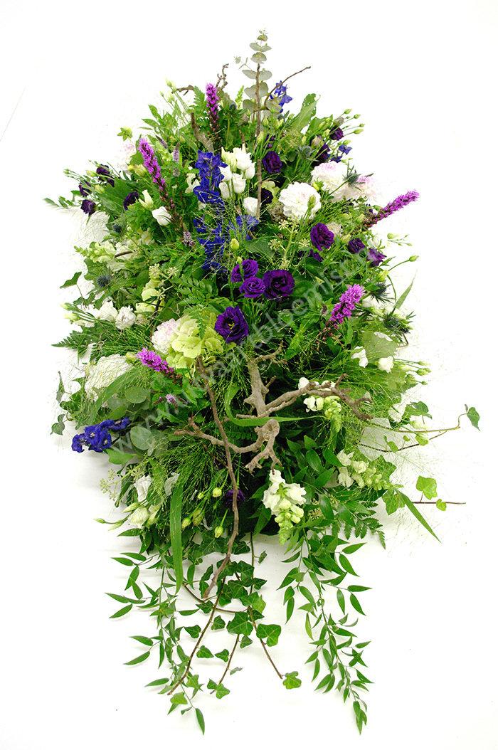Tuin (bestelnr. MF143) Uitgevoerd in bloemen die in het seizoen verkrijgbaar zijn, afgebeeld 90 cm l