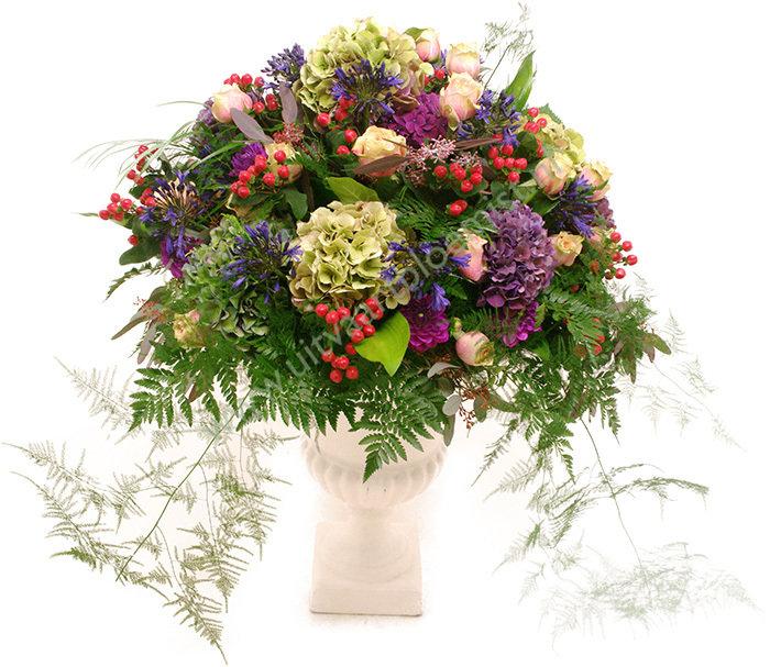 Bloemstuk in vaas (bestelnr. MF148) (*) Uitgevoerd in bloemen die in het seizoen verkrijgbaar zijn (Vaas in bruikleen)