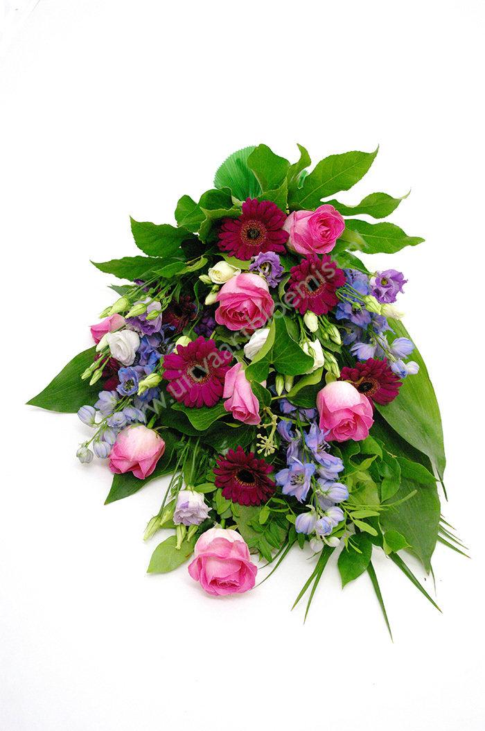 Rouwboeket (bestelnr. MF149) Uitgevoerd in bloemen die in het seizoen verkrijgbaar zijn, 50 cm l