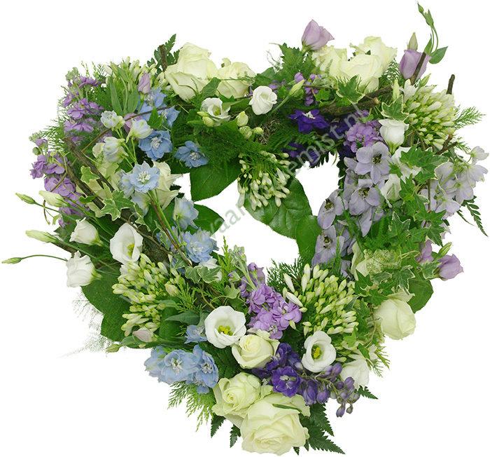 Open bloemenhart (bestelnr. MF157) Uitgevoerd in bloemen die in het seizoen verkrijgbaar zijn. Afgebeeld 55 cm ø