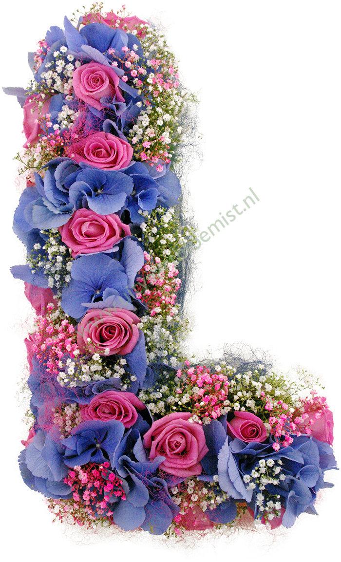 Letter (bestelnr. MF195) Uitgevoerd in bloemen die in het seizoen (30 cm l)