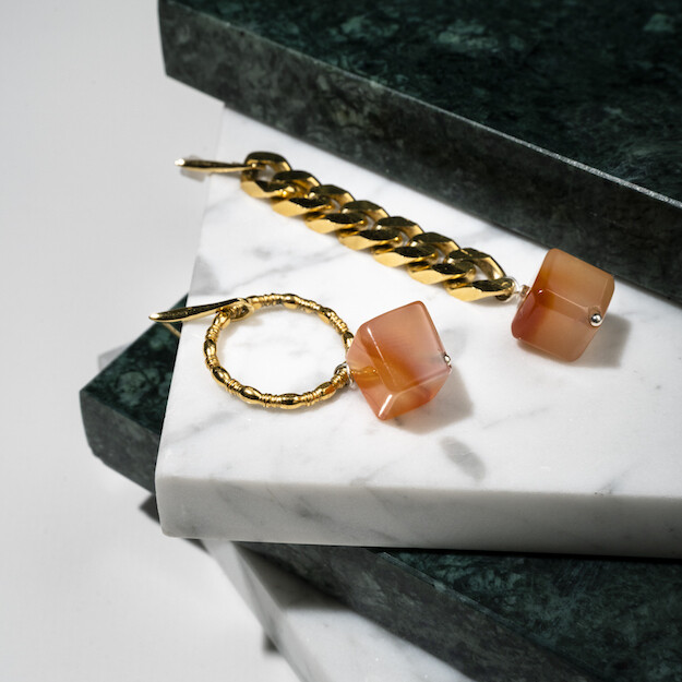 Asymmetrische oorbellen geel goud en carneool, dikke schakel en ring
