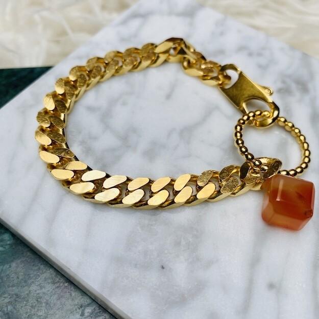 Dikke schakel armband met carneool kubus, verguld in 18K goud