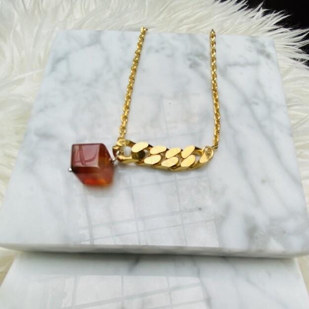 Korte ketting met dikke schakel en carneool kubus, verguld in 18K goud