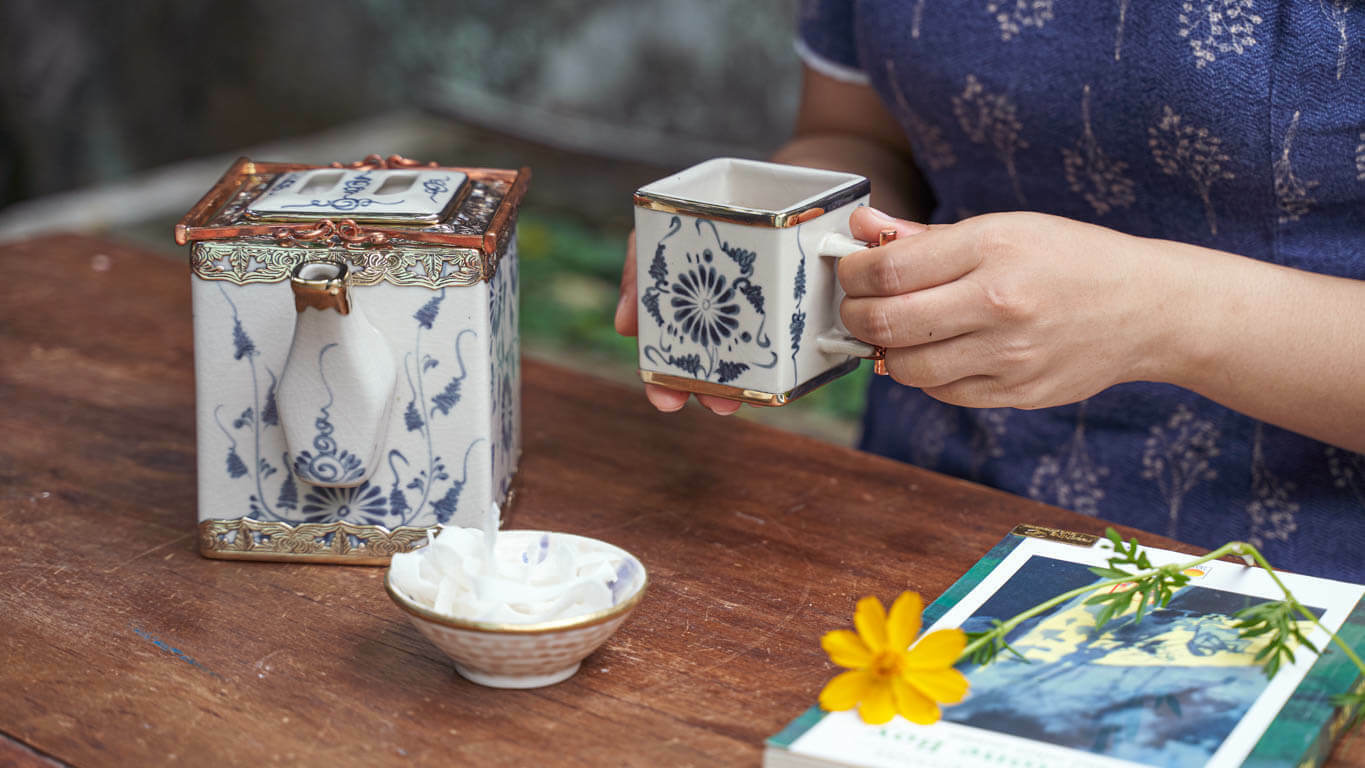 Cubic teapot with daisy motifs