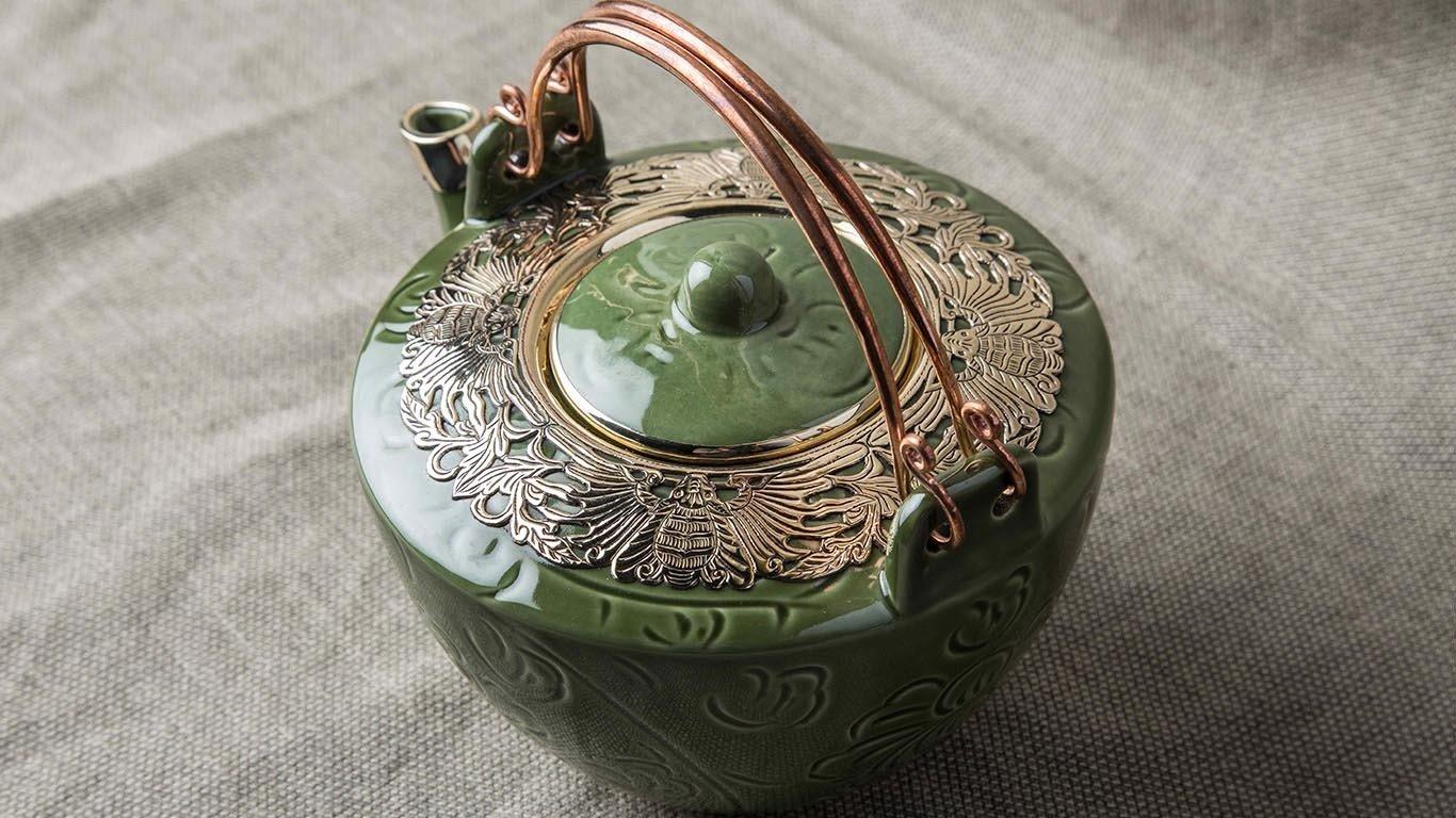Deep green teapot with bronze decoration AC65NL