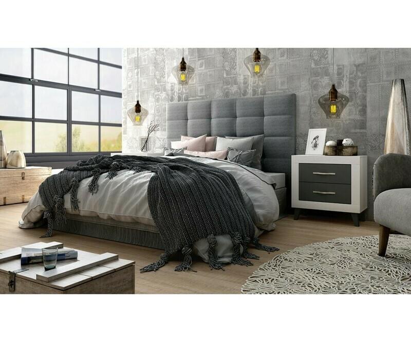 Dormitorio de diseño con cabecero y dos mesillas.